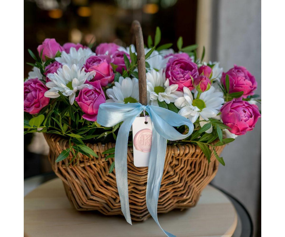 Корзина с кустовой розой и хризантемой