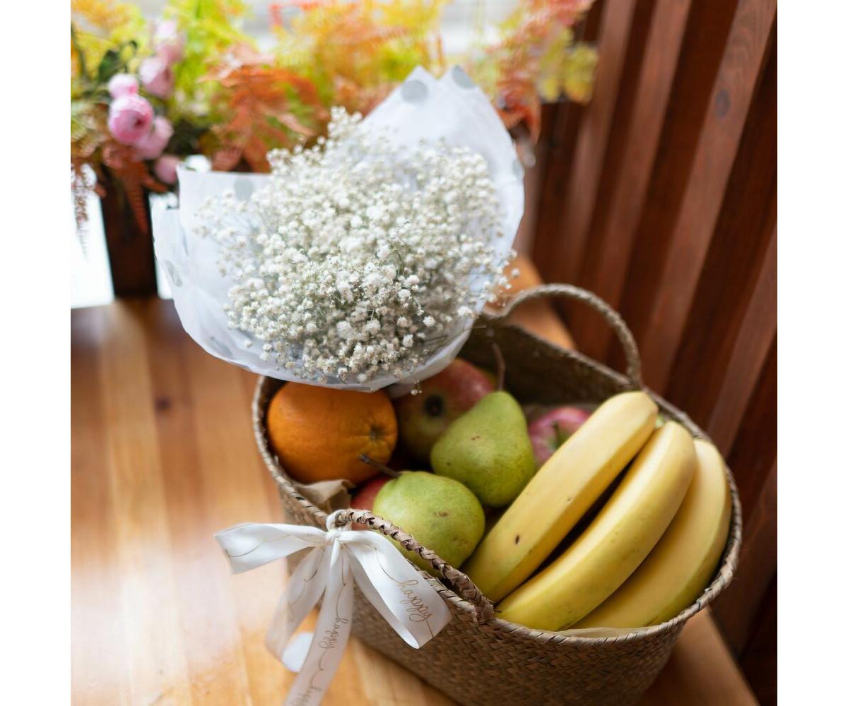 Корзина с фруктами и цветами