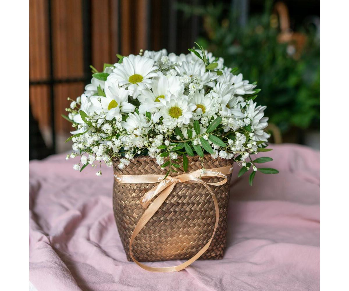 Плетенная корзина с хризантемами